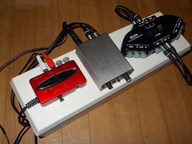 スマイルキッズ コード収納 スリムタップボックス AKD-50 の上に置いた、オーディオテクニカ audio-technica マイクロフォンアンプ AT-MA2、ベリンガー BEHRINGER USB オーディオインターフェイス U-CONTROL UCA222、朝日電器 ELPA エルパ ASL-E311 AVセレクター