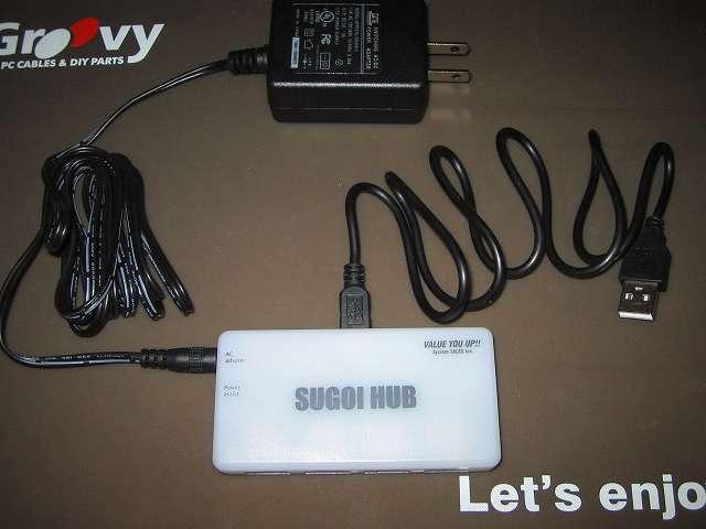 システムトークス SUGOI HUB4Xシリーズ ホワイト アダプタ付 USB2-HUB4XA-WH ハブ本体に USB ケーブルと AC アダプターを接続したところ