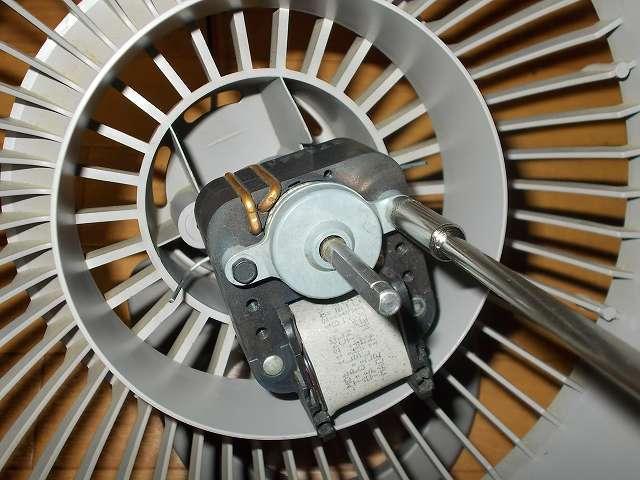 VORNADO ボルネード サーキュレーター 180C メンテナンス ベアリング、ローターの分解作業、平井工具 BROWN ナットドライバー D-86-635 で六角ボルトを外す