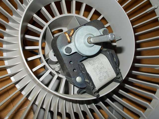 VORNADO ボルネード サーキュレーター 180C メンテナンス ベアリング、ローターの分解作業、固定していた六角ボルトをナットドライバーで外したところ