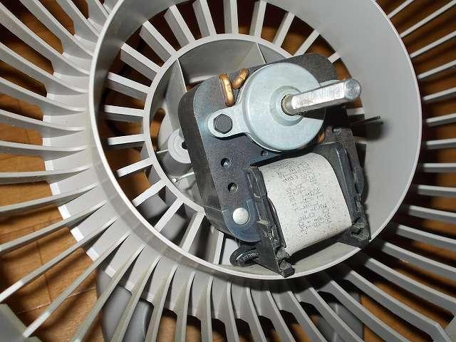 VORNADO ボルネード サーキュレーター 180C メンテナンス ベアリング・ローターの分解作業、モーターを固定していたナットをナットドライバーで外して、モーターを引っ張って取り外したところ、モーターの左右に見える細いワイヤーは空いていたネジ穴に入っていたもの