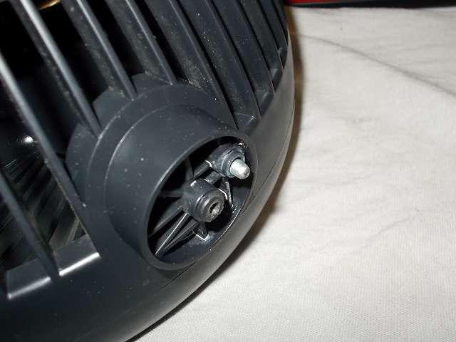 ZEPEAL ゼピール サーキュレーター ブラック DKS-20 角度調整台座メンテナンス 角度調整軸穴と軸(シャフト)とバネをエレクトロニッククリーナーで洗浄してドライファストルブ塗布