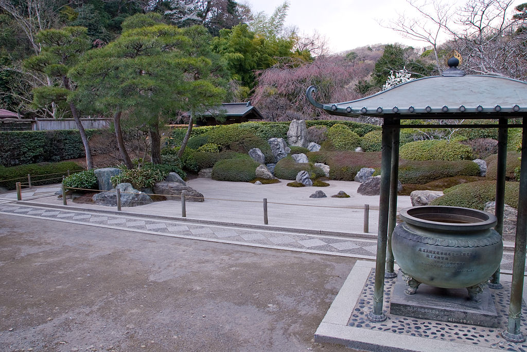 1024px-Meigetsu-in_Kamakura_Sand-Garden.jpg