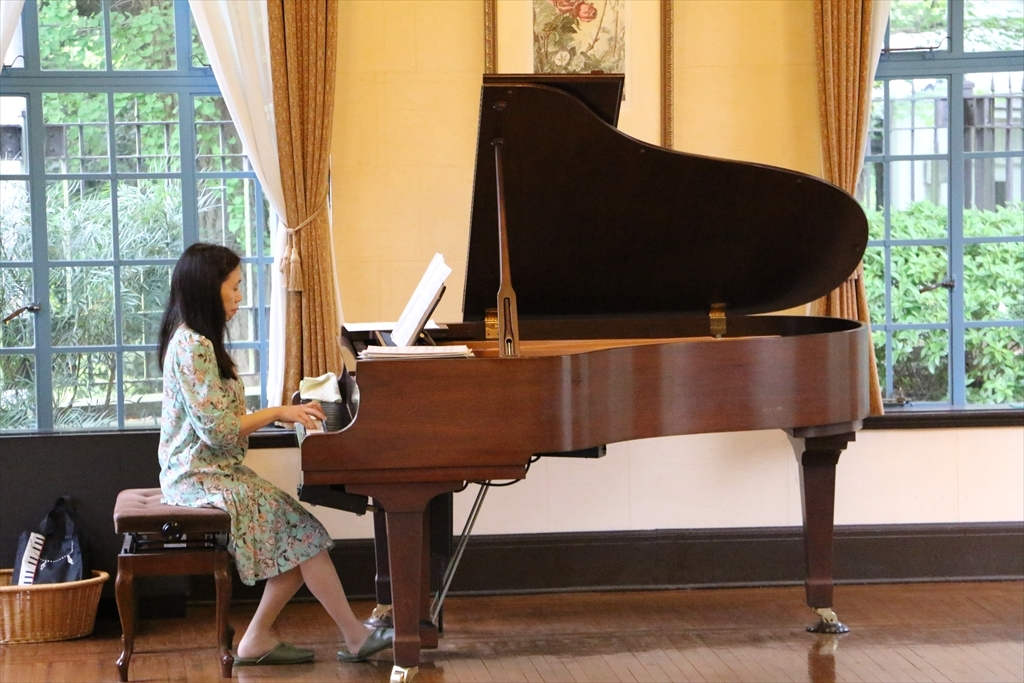 ホールではボランティアの演奏家がピアノ演奏中