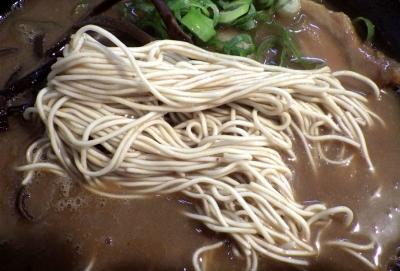 ドン.チードル 濃香とんこつ 醤油(麺のアップ)