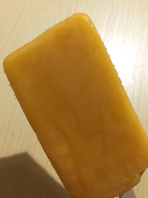 セブンイレブン まるでマンゴーを冷凍したような食感のアイスバー2