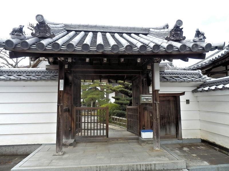 祝園駅から歩いて7~8分の集落のなかに在る常念寺