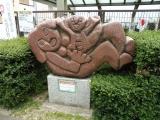 名鉄豊田市駅 親子の石像1