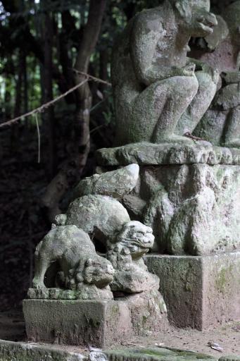 引退石造物置き場の狛ワンコ