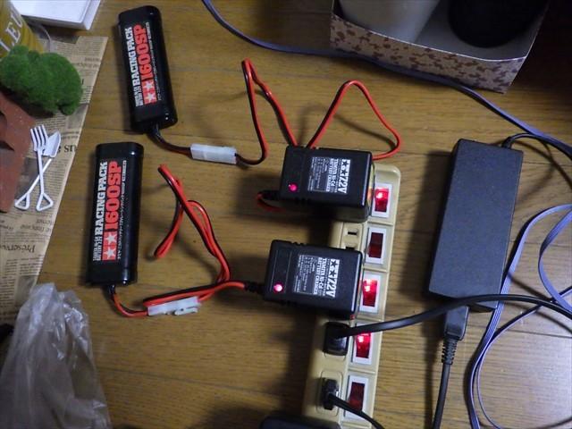 RCカーの部品 バッテリー充電中