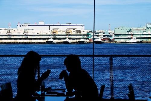 海が見える窓辺の恋人