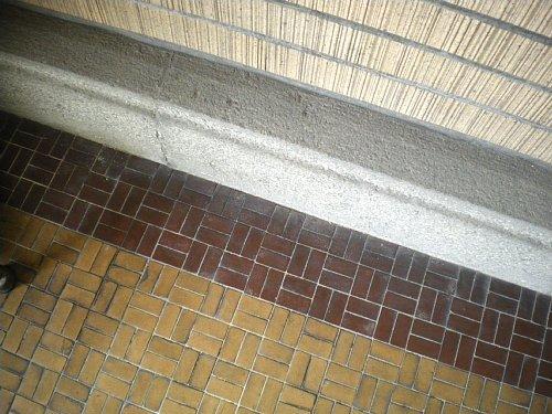 旧岡谷市役所・玄関タイル