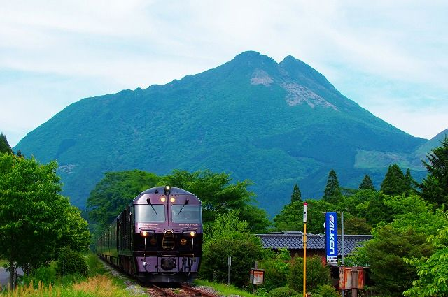 新緑の由布岳とクルーズトレインななつ星in九州