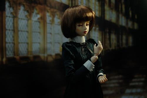 PARABOX、47グレーテルの閉眼ヘッドをメイクした、眠る乙女、葉子。明かりの差し込む長い廊下で佇んでいる。