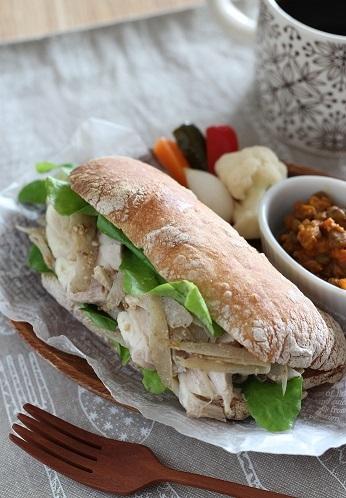 蒸し鶏と牛蒡サラダのサンド1