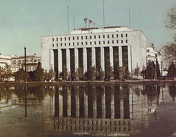 連合国軍最高司令官総司令部が入った第一生命館(1950年頃撮影)