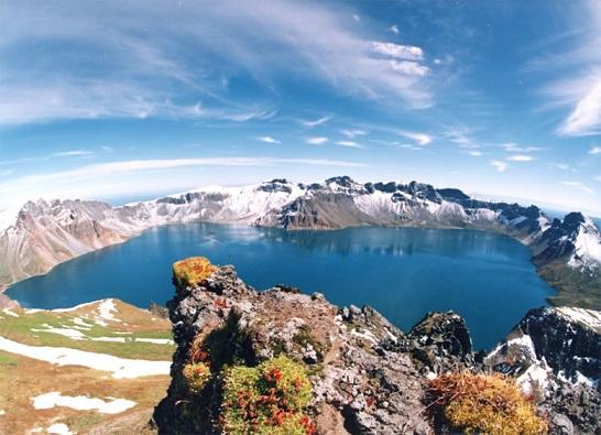 白頭山頂上に広がるカルデラ湖