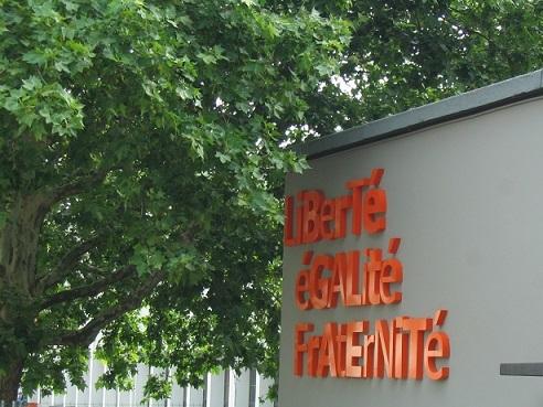 公立学校に標示されたフランス共和国の標語