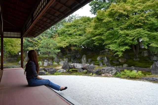 日本庭園 眺める 女性 1