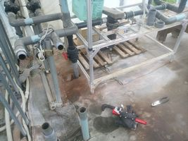 【写真】灌水システムの配管の補修工事をしているところ