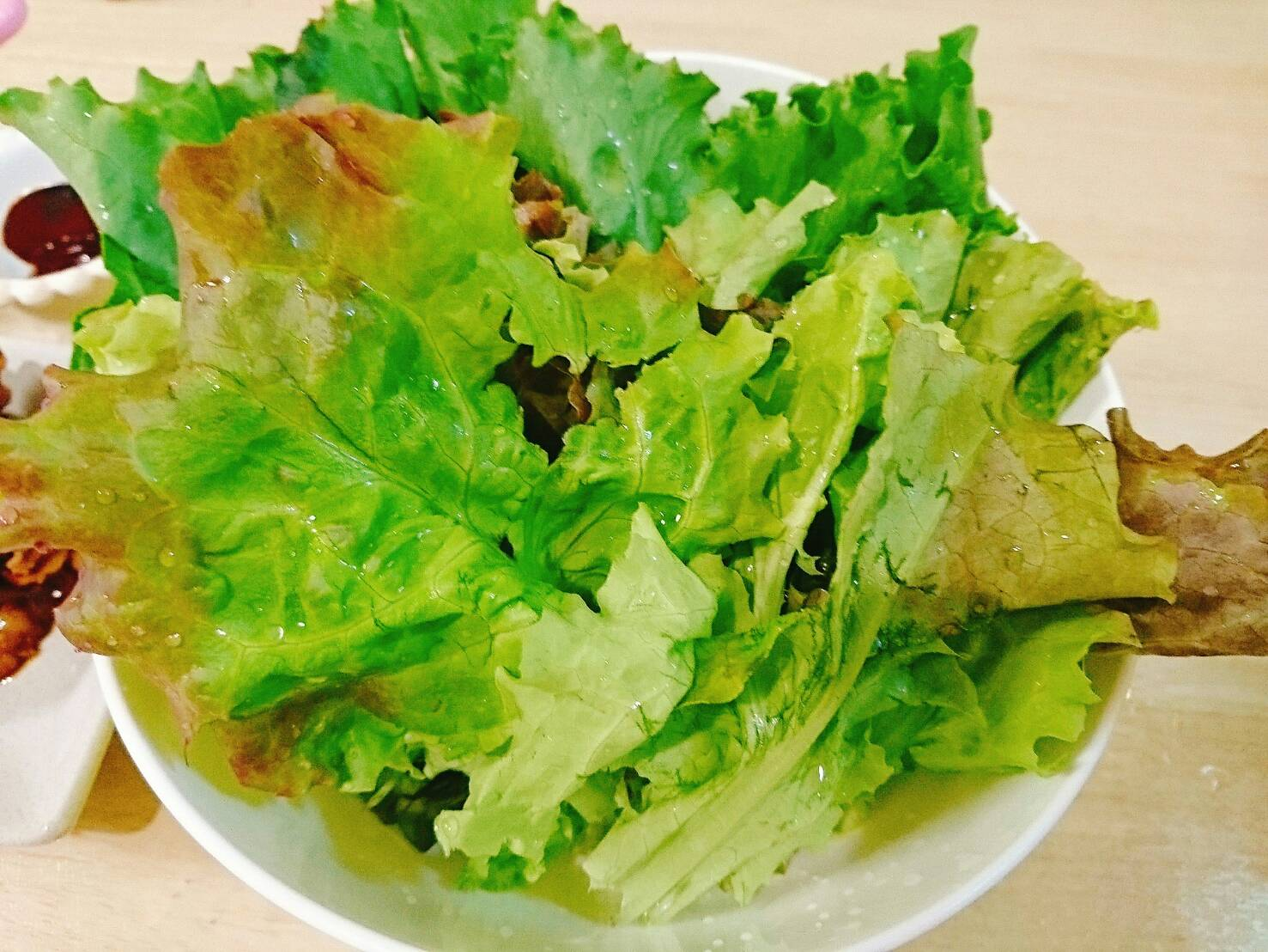 豚肉を新鮮野菜で包んで食べました