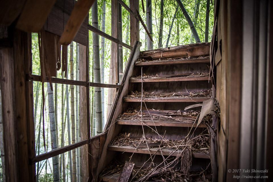 【廃墟】一ツ瀬川の廃食堂_千切れた階段