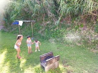 バンガロー庭で水遊び1