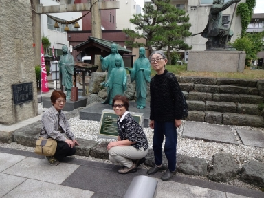 お市の方の三女像の前で田上の三女も