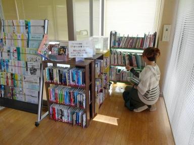 気軽にお立ち寄りください。楽らく図書コーナーです。