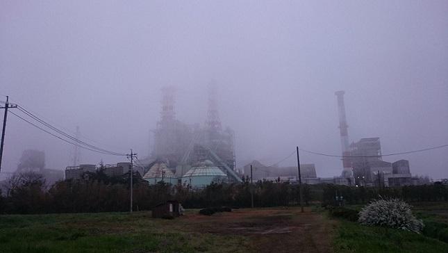 朝もやの工場1