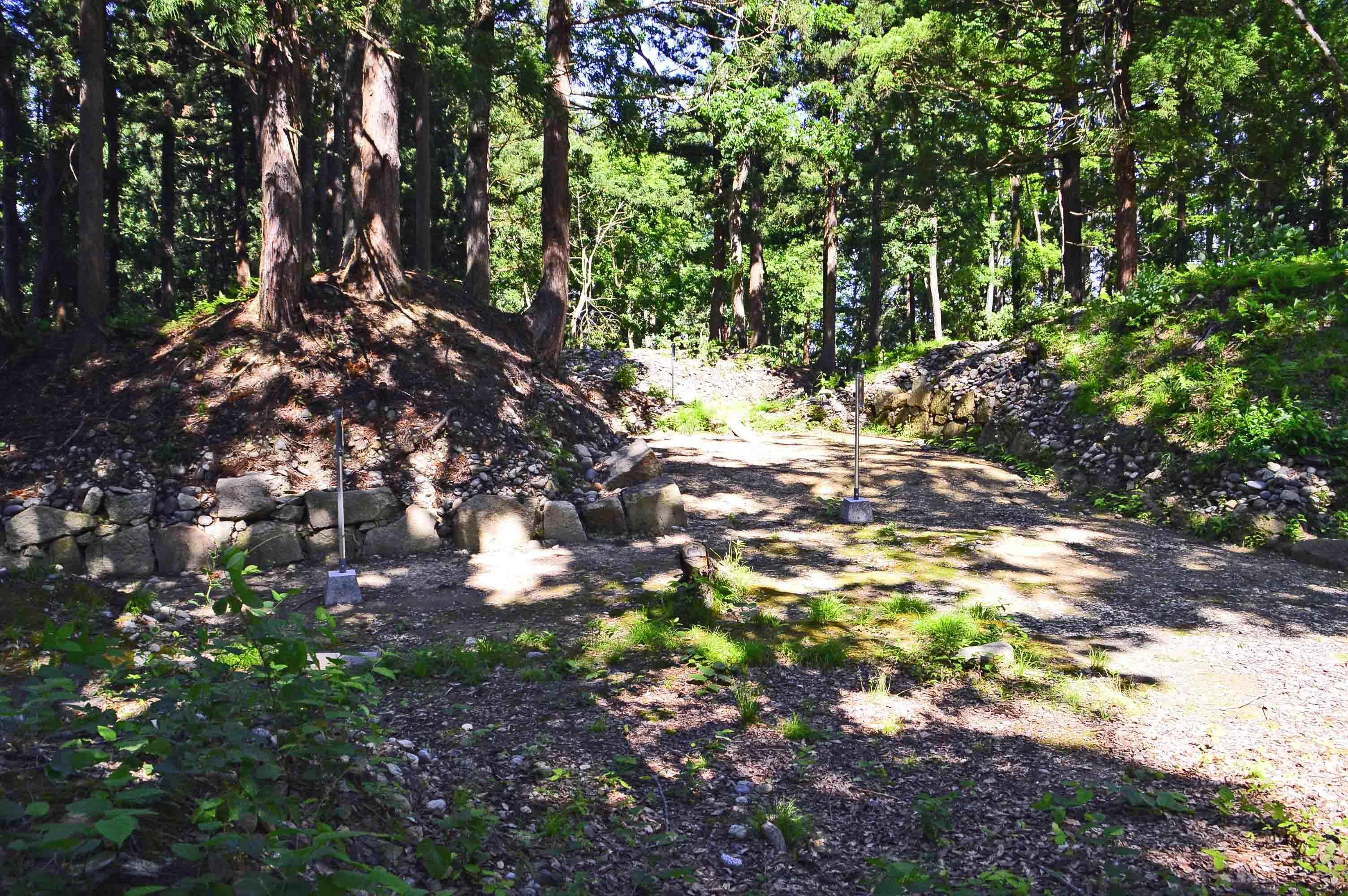館山城 主郭の桝形門跡、破城されたが石垣が発掘されている